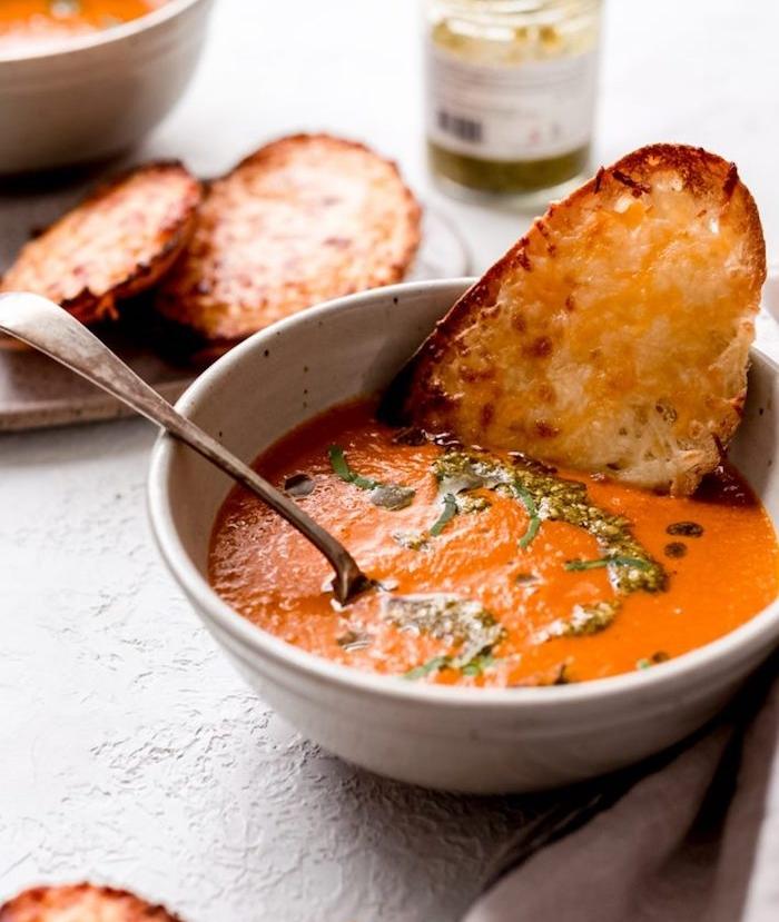 sopa de tomate receta paso a paso, sopa casera con tomates y cebolla al horno y pesto casero, crema de tomates y pan rústico