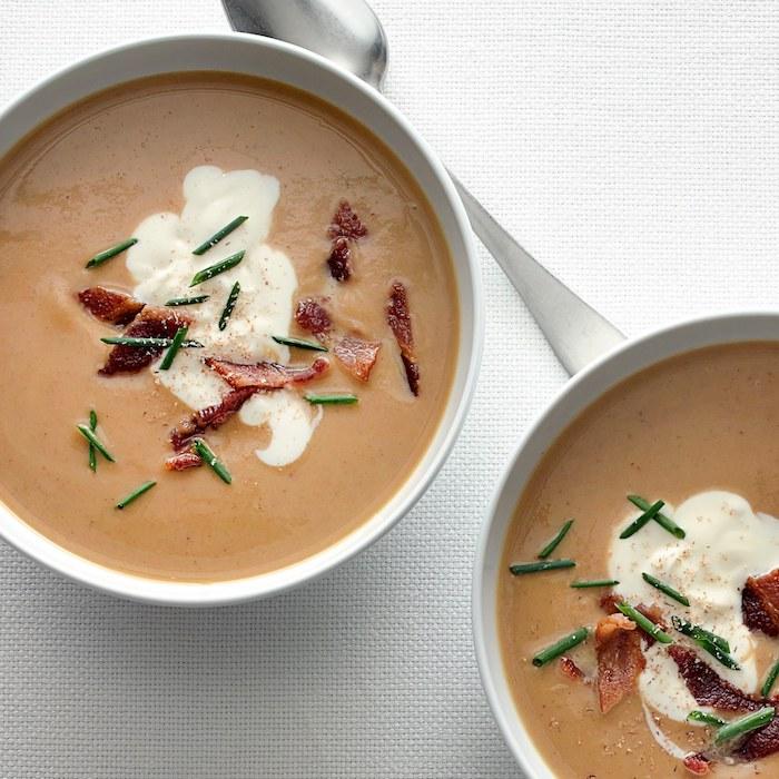 ideas de sopas originales, crema de castañas con nata fresca y tocino crujiente, sopa de tomate receta paso a paso en imágenes