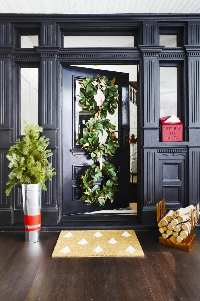 puertas decoradas de navidad con mucho estilo, decoración en un salón moderno, puerta negra decorada con guirnaldas grandes verdes