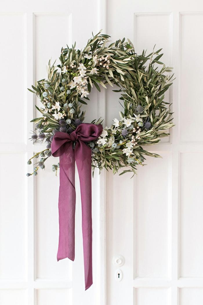 decoración bonitas y sencilla para tu puerta en navidad, puertas decoradas de navidad, preciosa corona de hojas de eucalipto