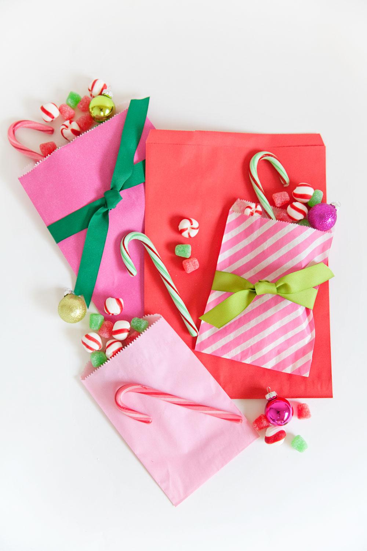 bolsas de papel reutilizadas llenas de caramelos y golosinas, ideas para regalar, fotos de manualidades originales