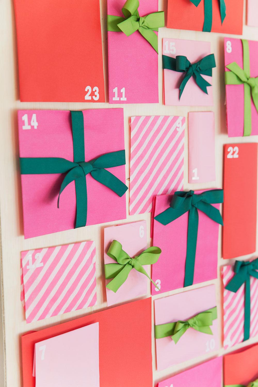 bonito calendario DIY hecho de bolsas de papel y cintas decorativas, ideas de manualidades para decorar la casa