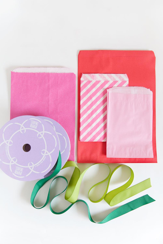 materiales necesarios para hacer manualidades con reciclaje, calendario navideño DIY hecho de bolsas de papel