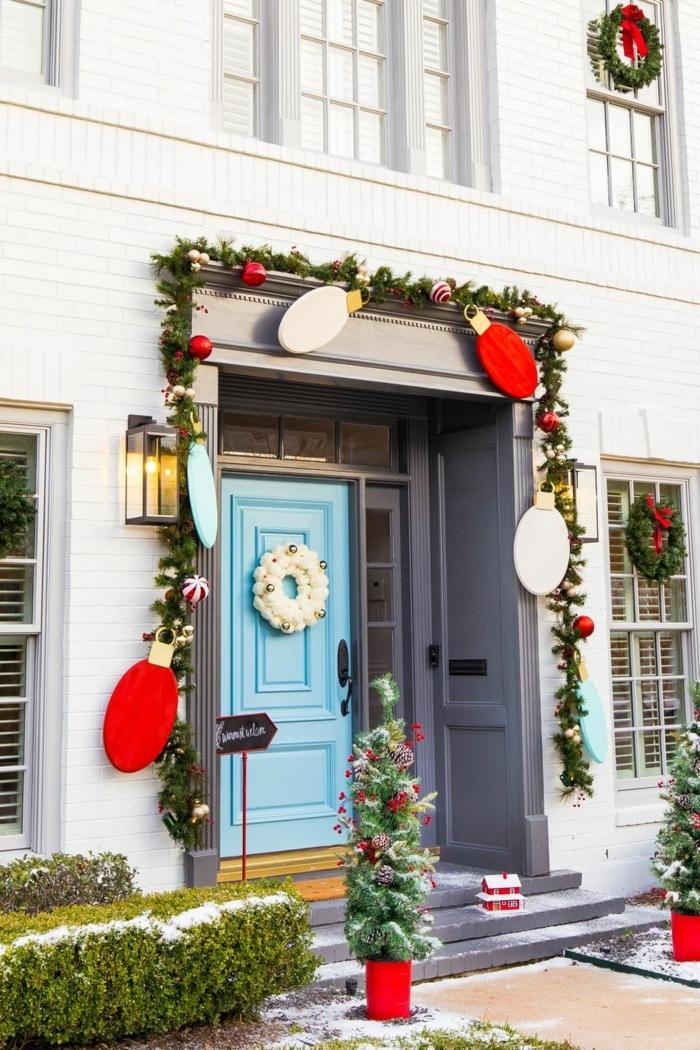 fantásticas ideas de puertas decoradas de navidad en bonitos colores, detalles navideños DIY para decorar la casa