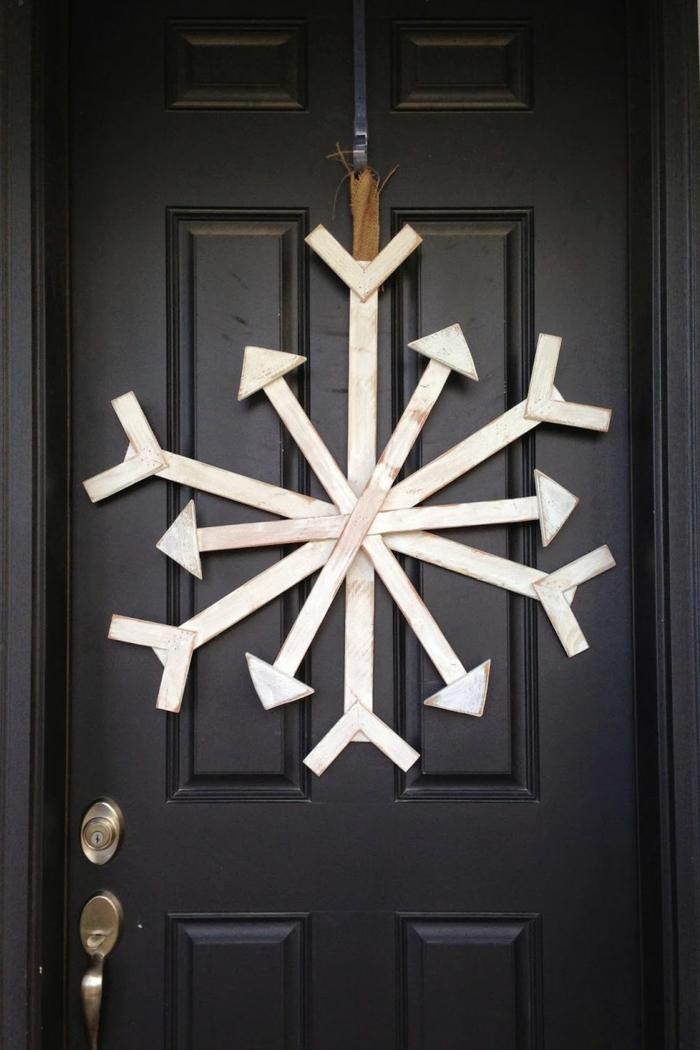 como hacer un copo de nieve DIY para decorar la puerta en Navidad, decoracion de navidad original y fácil de hacer
