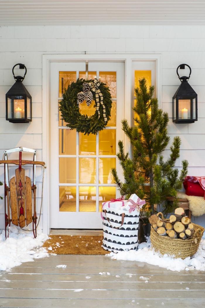 porche decorado para Navidad de manera super acogedora, geniales ideas de decoracion de navidad para la puerta