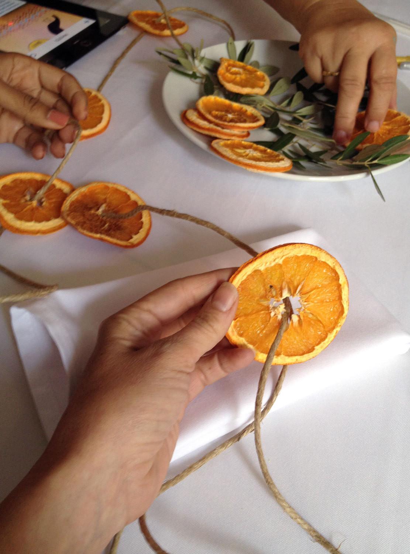 guirnaldas navideñas paso a paso, como hacer una guirnalda DIY de frutas secas, manualidades para decorar el hogar en navidad