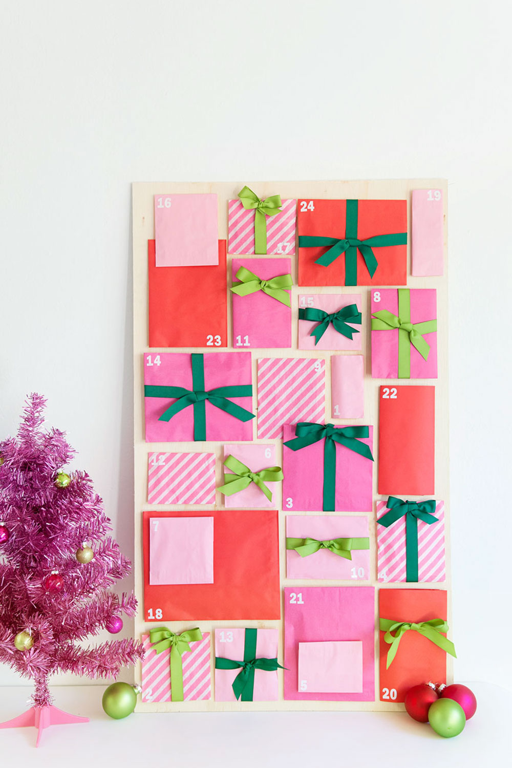 como hacer un calendario de adviento DIY con bolsas de papel recicladas, calendario navideño DIy colorido para decorar la pared