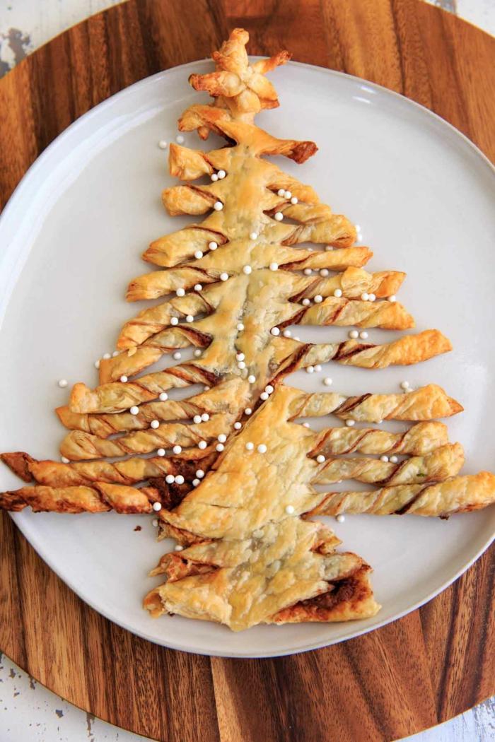 postres para nochevieja ricos y fáciles de preparar arbol navideño con chocolate y chispas de azucar, fotos de postres caseros
