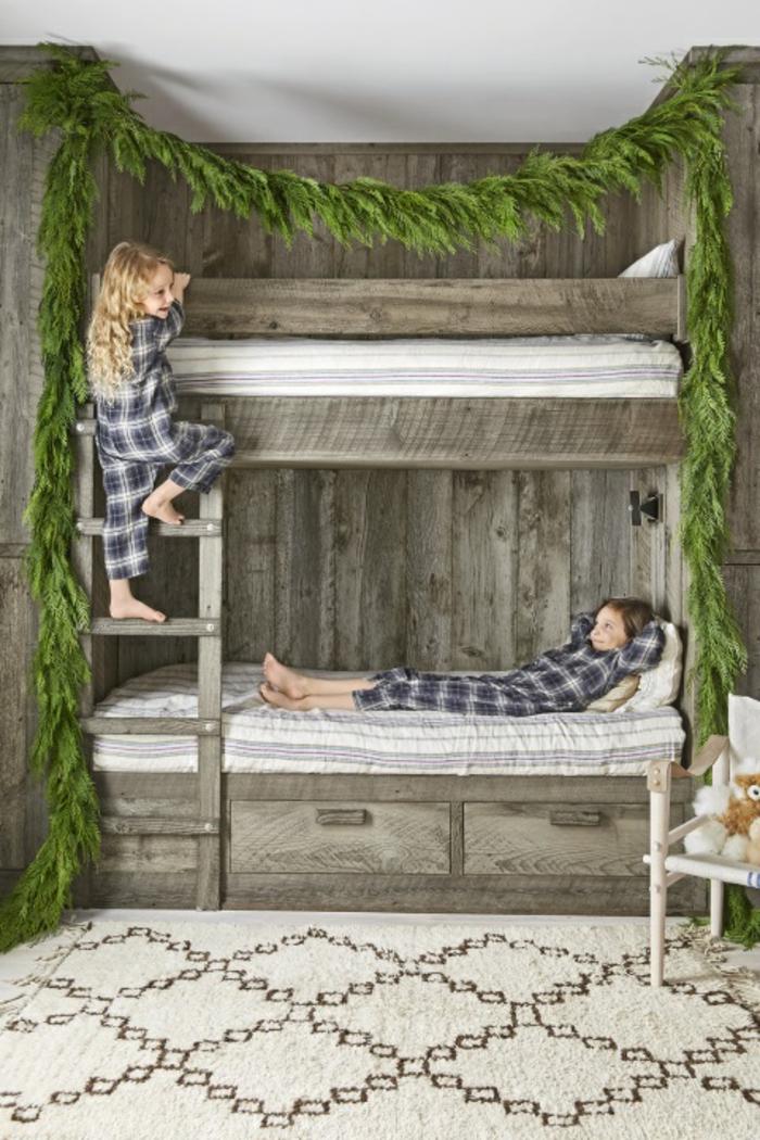 guirnaldas decorativas verdes para decorar un habitación en estilo rústico, ideas de habitaciones decoradas para navidad