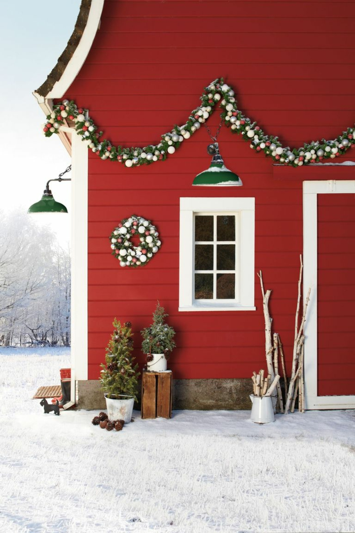 fantásticas ideas sobre como decorar la fachada de tu casa en navidad, guirnaldas decorativas con adornos navideños bonitos