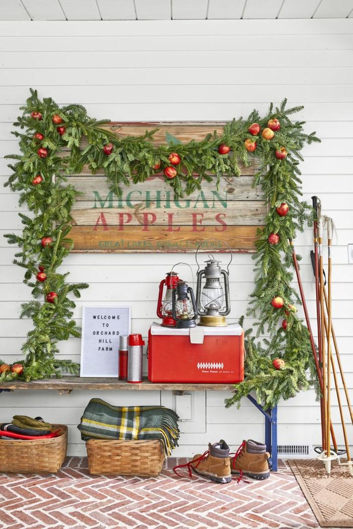 guirnalda rústica verde con manzanas, ideas sobre como decorar la entrada en navidad, guirnaldas decorativas modernas