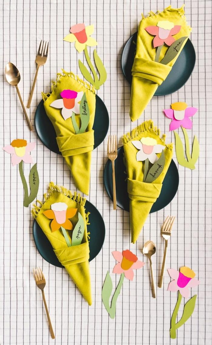 ideas super frescas sobre como doblar servilletas de tela en fotos, servilletas en color amarillo vibrante con detalles dentro