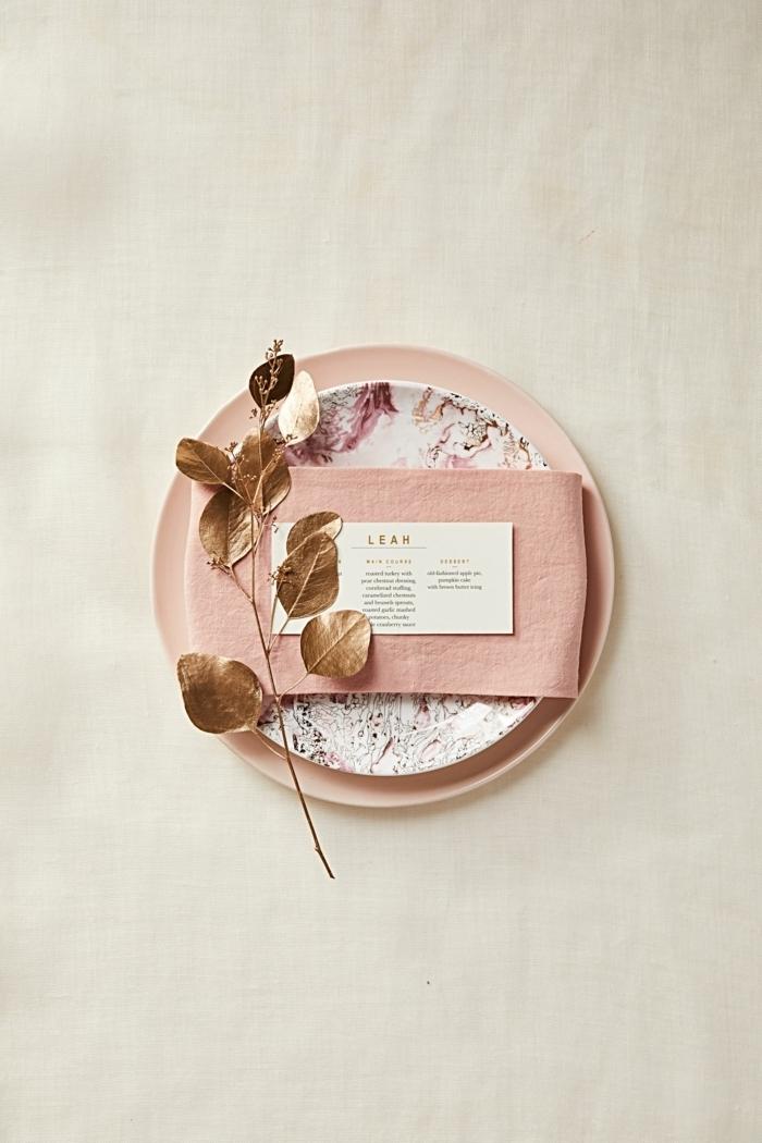 detalles para decorar la mesa bonitos, como doblar servilletas de tela paso a paso, ideas para una cena sofisticada