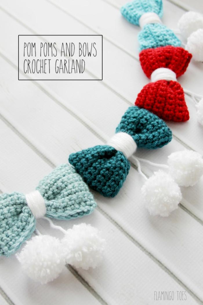 guirnaldas decorativas hechas a mano, guirnalda con moños a crochet y pompones blancos, ideas de manualidades navideñas