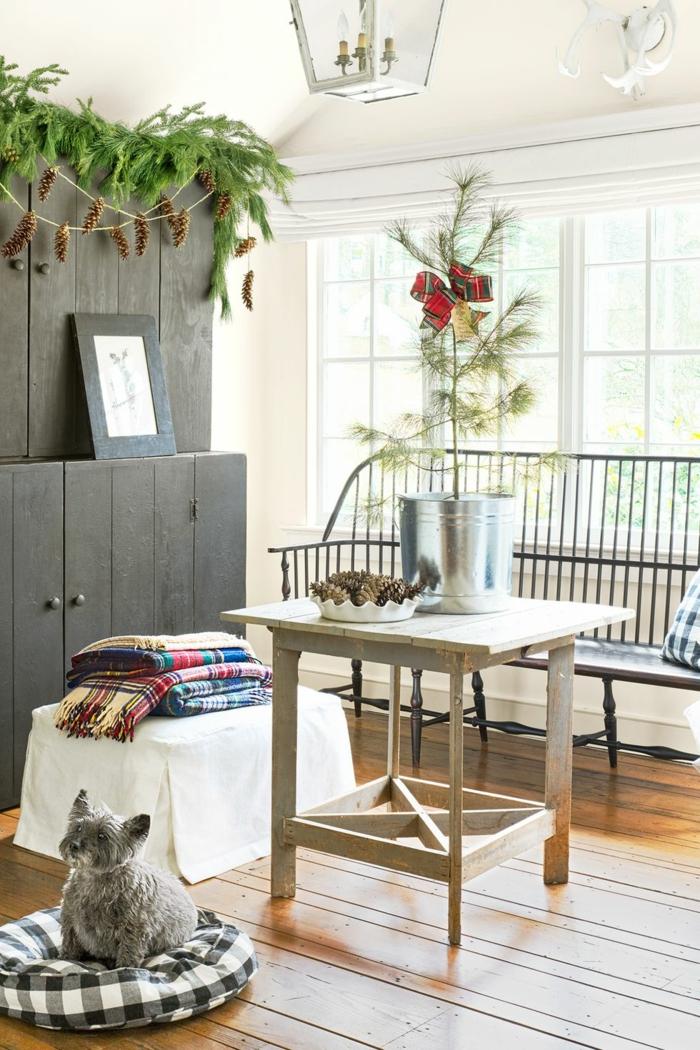 ideas de decoración en estilo rústico moderno, decoración con ramas de pino, pino pequeño en maceta, decoracion DIY