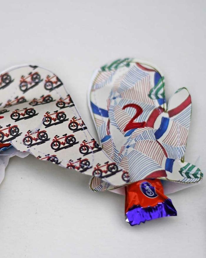 pequeños adornos de papel con chocolate dentro, manualidades para navidad originales y fáciles de hacer en tutoriales