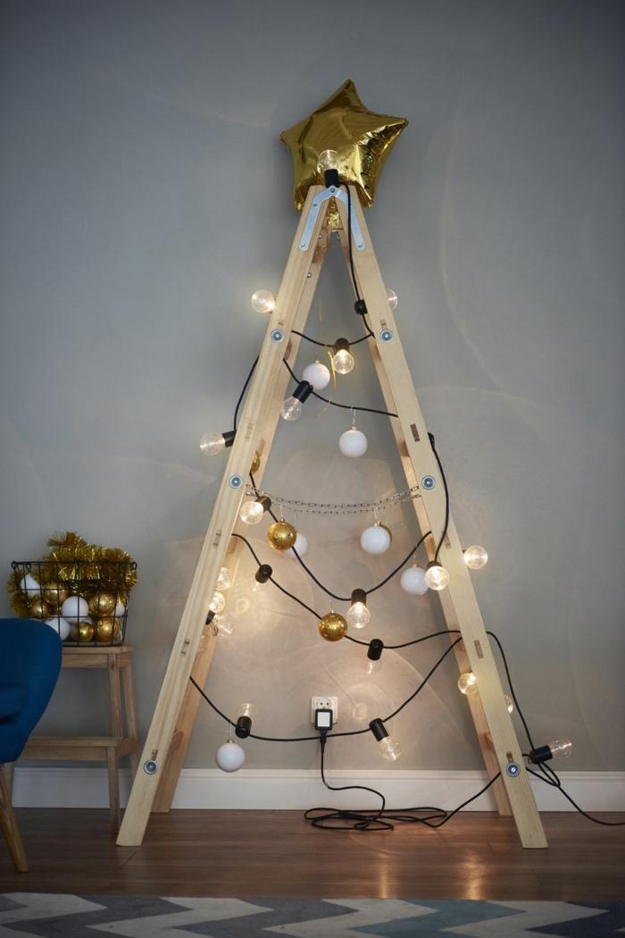 escalera de madera decorada con bombillas y adornos en dorado, decoración con globo en forma de estrella, decoración en estilo rústico