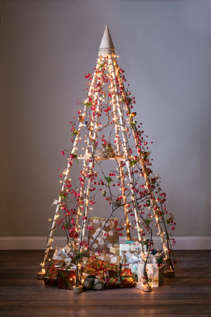 preciosa decoración para navidad hecha con materiales de reciclaje, decoración frutas de acebo artificiales, bombillas con luces