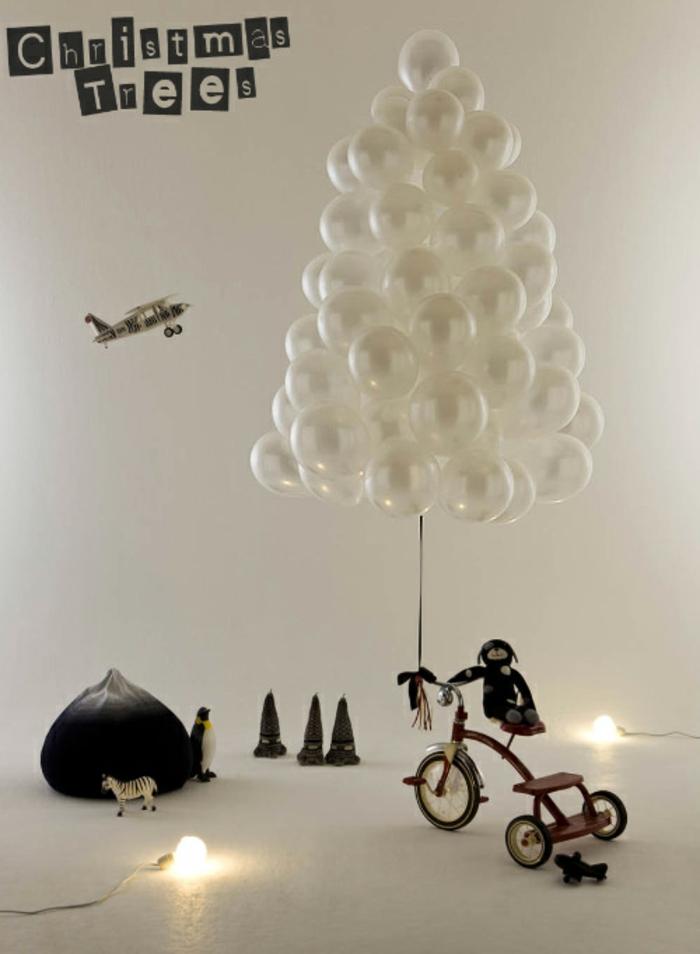 decoración original con globos blancos en forma de árbol navideño, espacio decorado en blanco y negro, ideas de decoración navidad