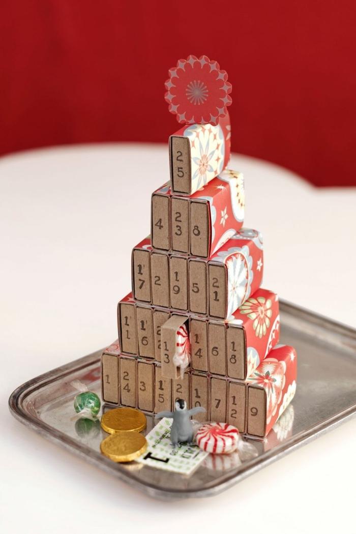 pequeño árbol navideño hecho de cajitas de arcilla, cajas pequeñas para guardar tratos navideños, ideas de manualidades