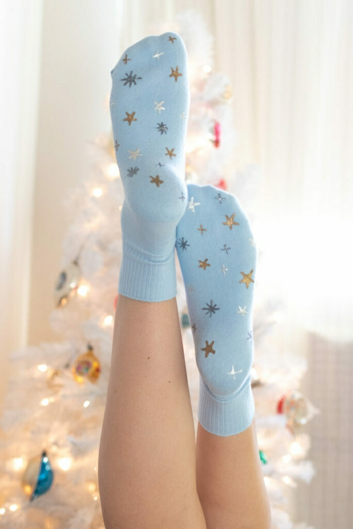 calcetines en azul celeste decorados con motivos navideños, fantásticas ideas de manualidades para regalar en imagenes