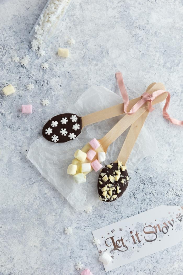 detalles para regalar en navidad para los amantes del chocolate, cucharas llenas de dulces y chocolates, denomenales ideas de regalos para navidad