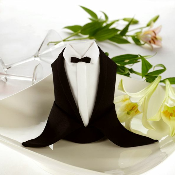 servilletas decoradas para bodas y cenas especiales, fotos de servilletas originales, servilleta en la forma de un traje masculino