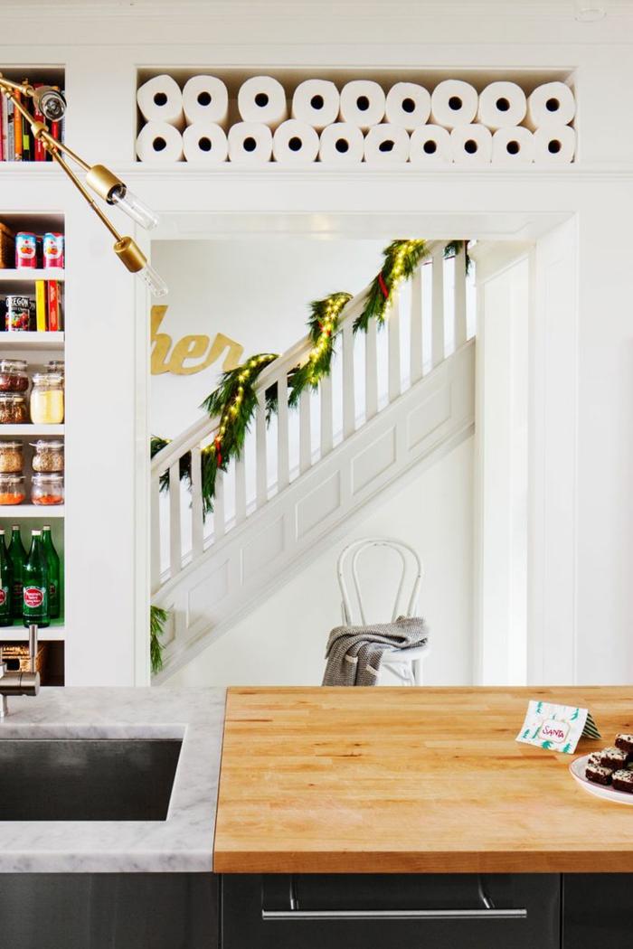 fantásticas ideas sobre como decorar la casa en Navidad, guirnalda verde con bombillas relucientes, salón moderno