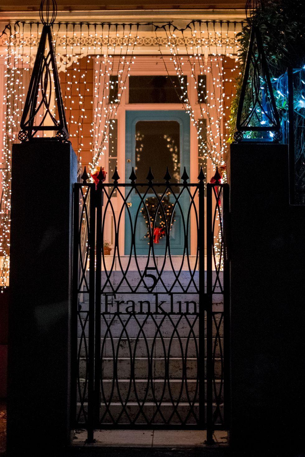 fantásticas ideas de puertas decoradas de navidad, puertas y porches decorados con bombillas para navidad, decoración navideña 2019