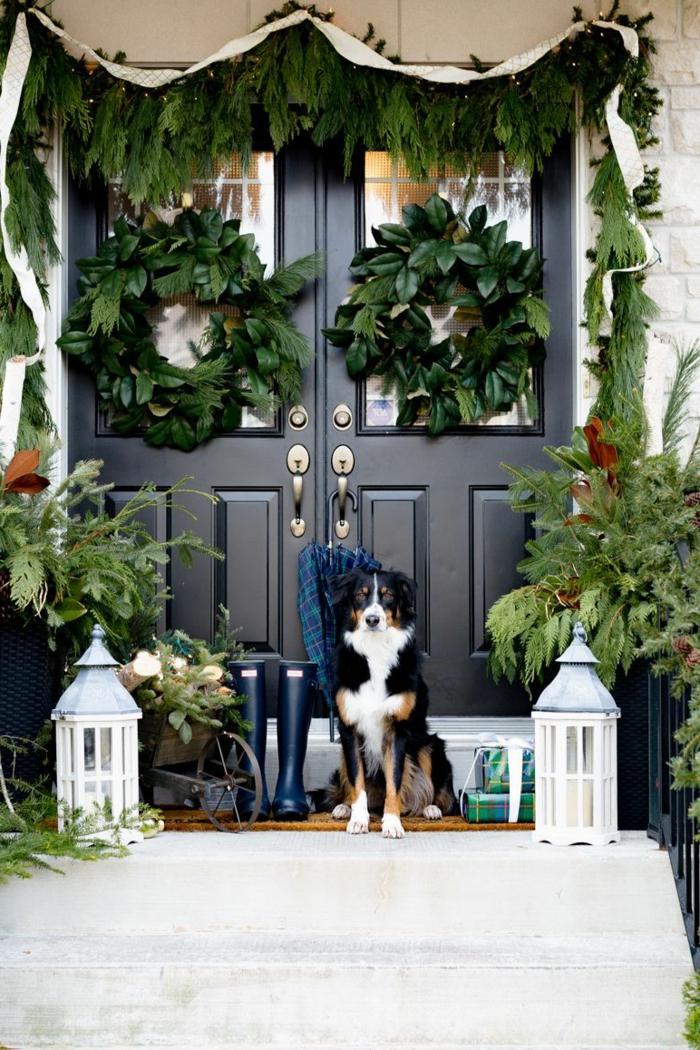 entradas y porches decoradas para Navidad, puertas decoradas navideñas tendencias 2019, dos coronas verdes grandes en la puerta