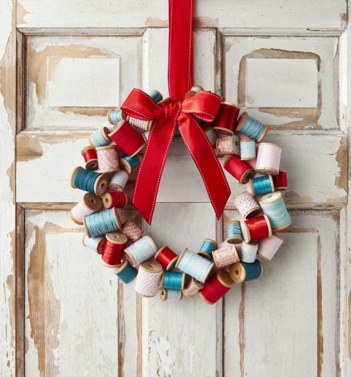 decoracion navideña 2019, últimas tendencias en la decoración casera hecha a mano, corona rústica original para colgar en la casa