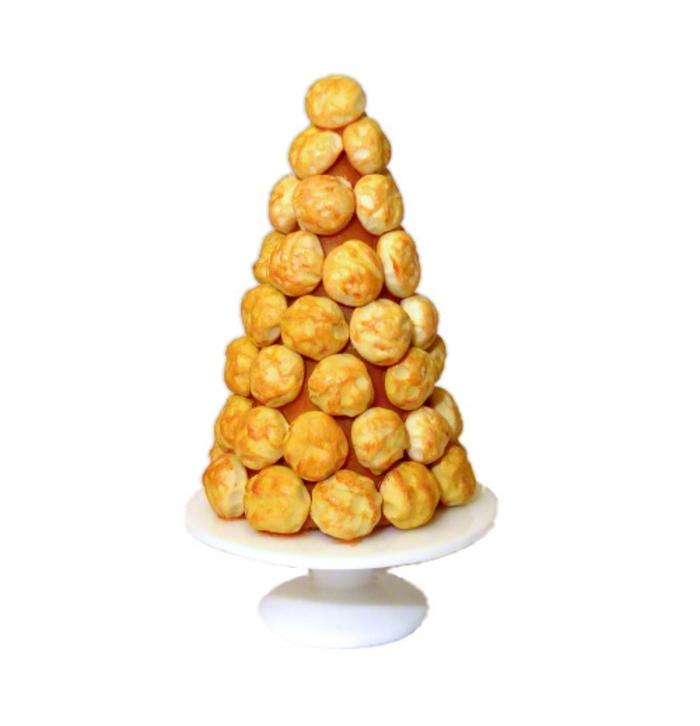 postres faciles y rapidos de hacer en casa, dulces decorados temáticos, árbol navideño de profiteroles con chocolate