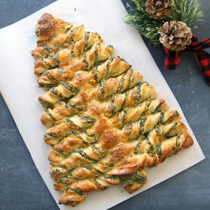 empanada con relleno de espinacas y quesos, ideas de entrantes para Navidad ricos y super fáciles de preparar