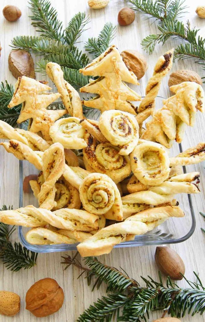 mini galletas de hojaldre en forma de rollos y árboles, de navideño, dulces y postres faciles y rapidos de hacer en casa