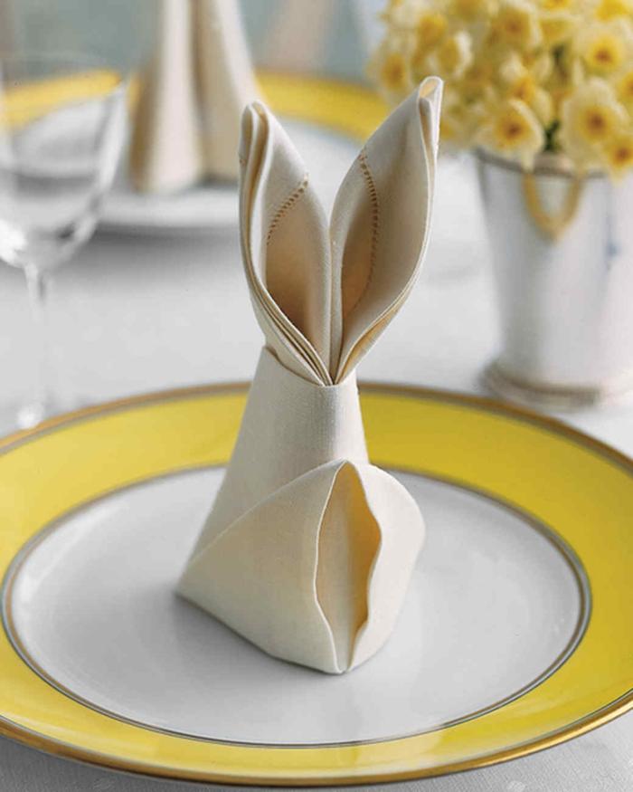 servilletas de papel de forma original para decorar la mesa en Pascua, como hacer un conejo de una servilleta de tela
