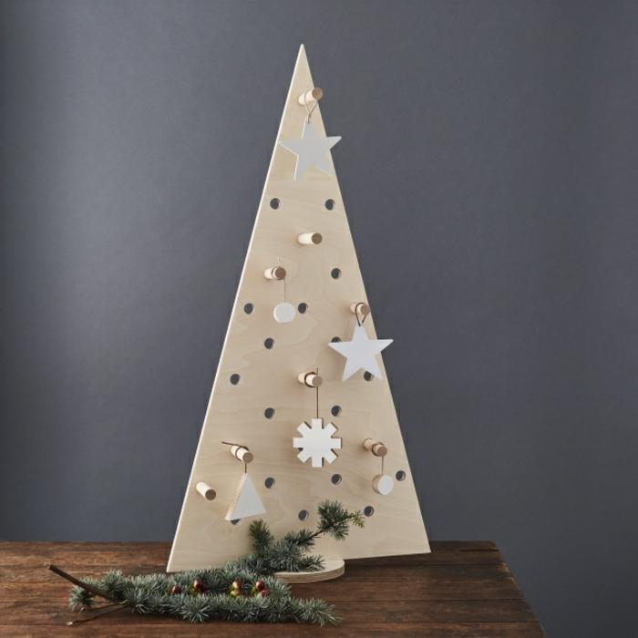 arboles de navidad originales caseros, arbol de navidad de madera con preciosos adornos de madera en estilo minimalista