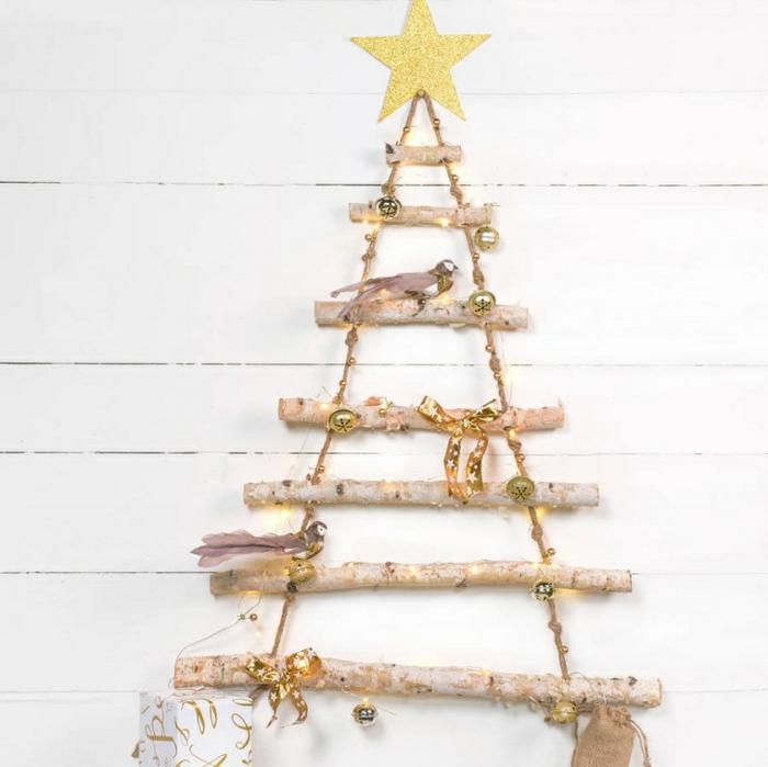 decoración navideña con vigas de madera, adornos en color dorado, ideas para decorar la casa en Navidad con materiales naturales