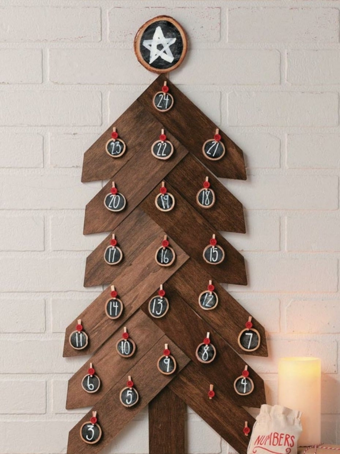 árbol navideño de madera con pequeños adornos navideños con números para contar los días hasta navidad, fotos con ideas de decoración DIY