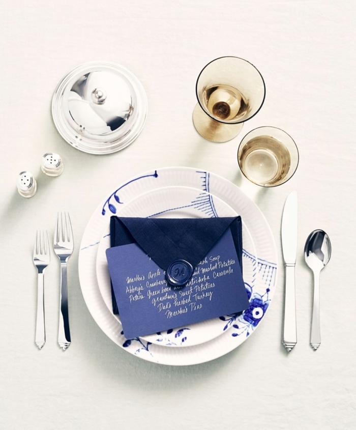ideas de doblar servilletas de papel para cubiertos, super originales ideas sobre cómo decorar la mesa, decoración en blanco y azul