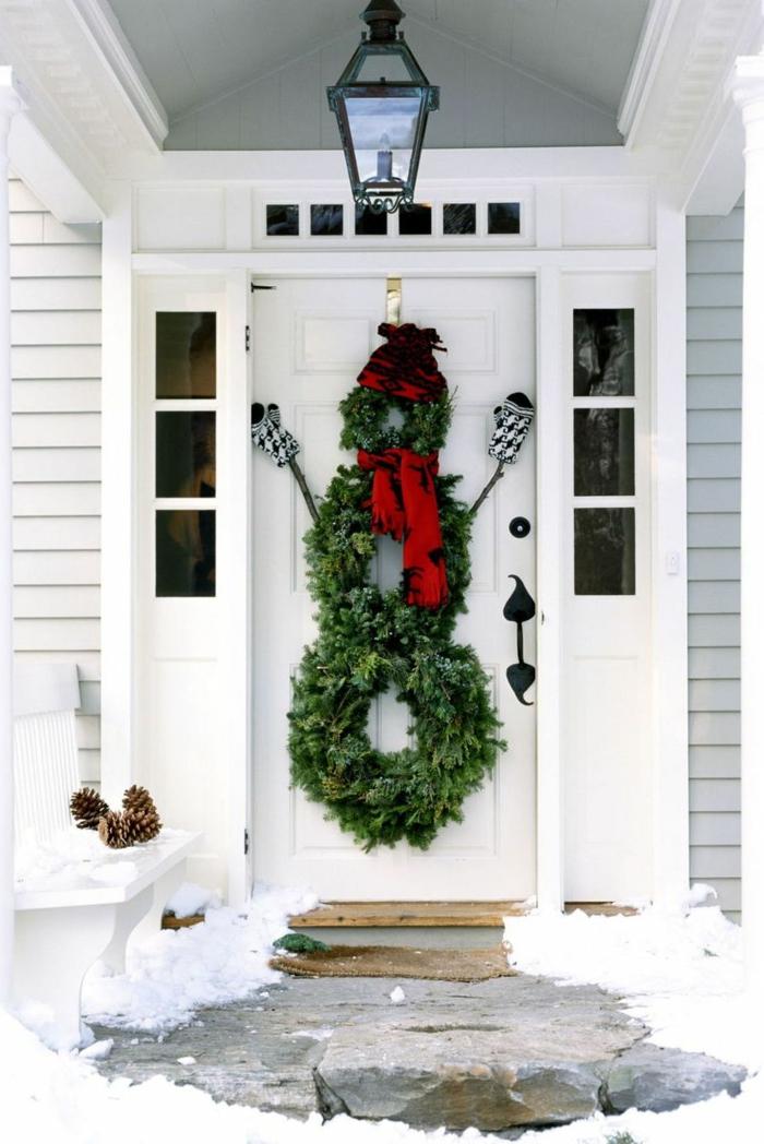 detalles para decorar la puerta de entrada de tu hogar en Navidad, puertas decoradas navideñas originales, corona en forma de monigote de neive