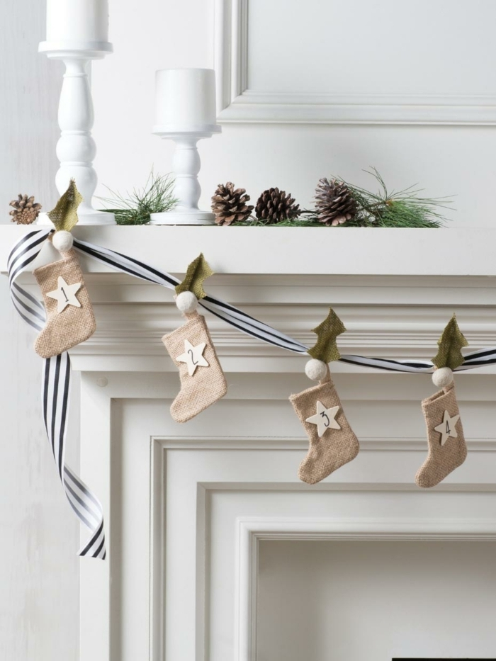 botas navideñas de tela para decorar la chimenea, salón decorado en blanco estilo rústico moderno, calendario de adviento casero