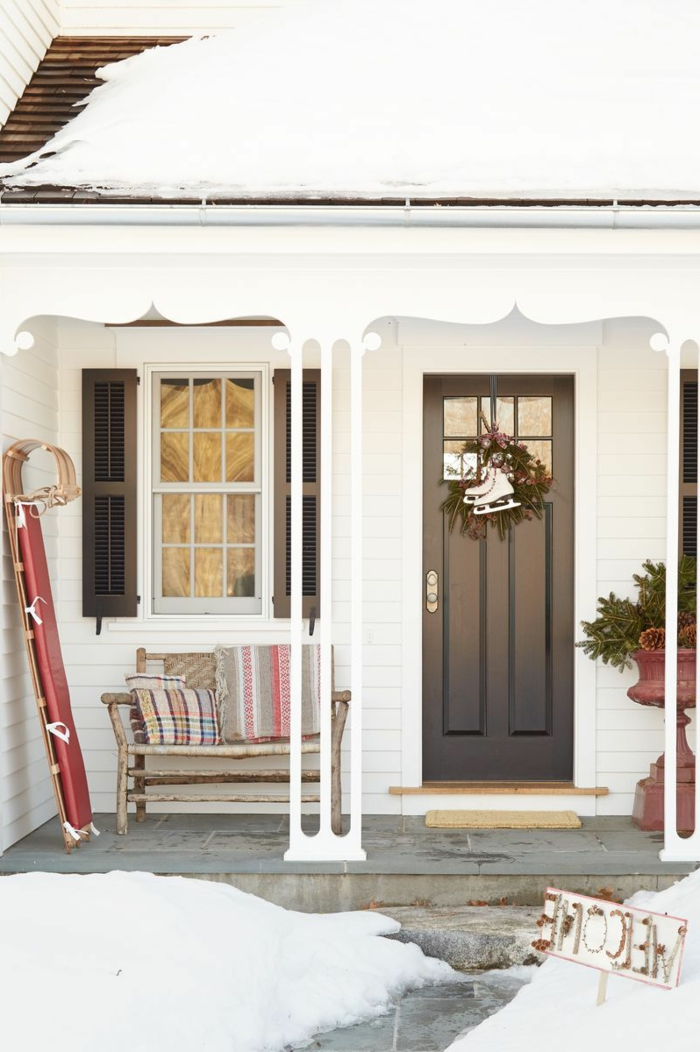 porche decorado en estilo minimalista para el invierno, ideas sobre decoracion navideña 2019, corona navideña verde