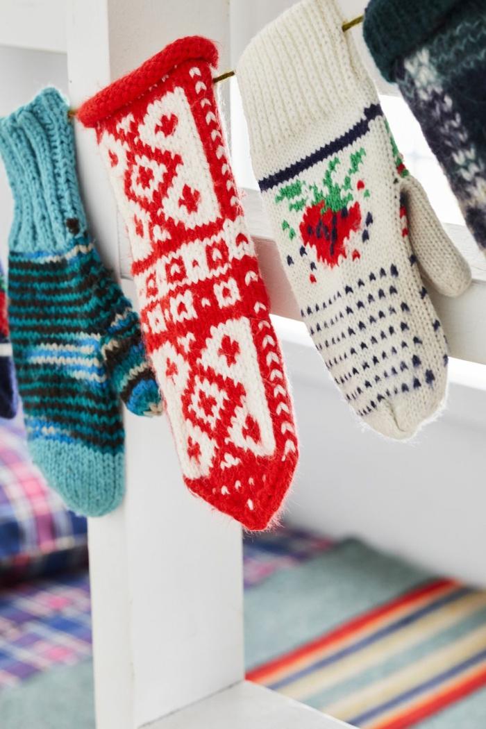 geniales ideas sobre como decorar la habitacion, guirnalda de guantes coloridas de lana, decoracion navideña para puertas