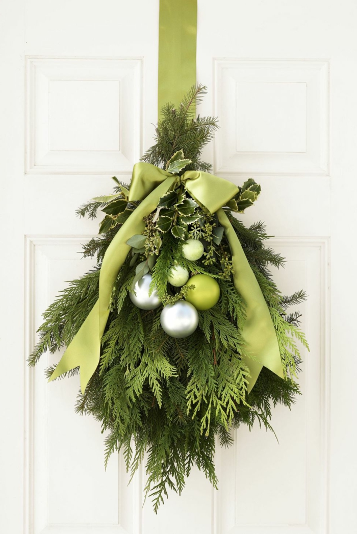 fantásticas ideas sobre como decorar la casa en navidad, adorno navideño en color verde con cinta verde y bolas relucientes