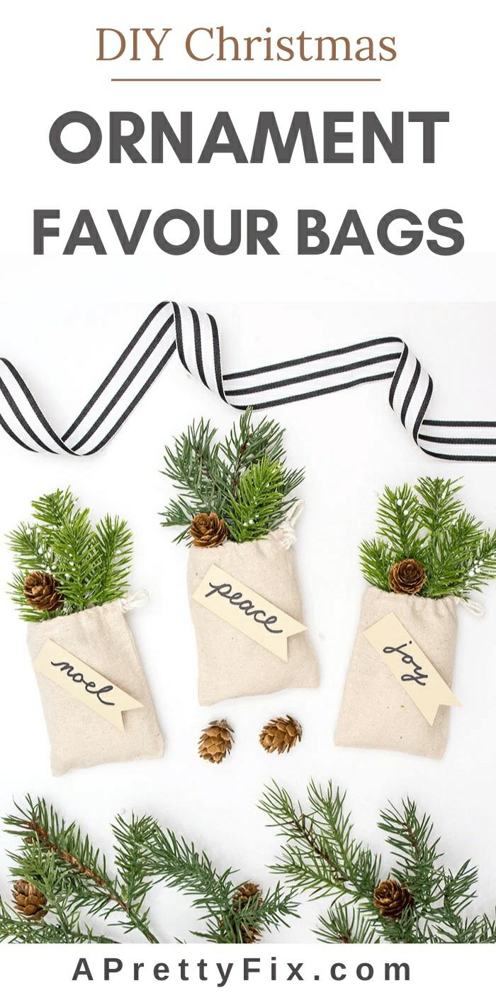 ornamentos navideños para regalar, pequeñas bolsas llenas de ramas de pino con mensajes navideños, fotos de regalos DIY