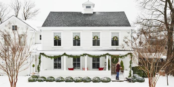 decoracion navideña para puertas, casa decorada con coronas navideñas y guirnaldas verdes, fotos de casas decoradas