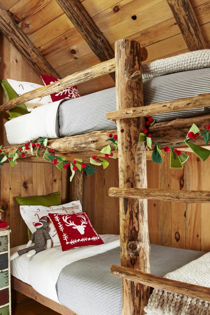 habitación de madera en estilo rústico adornada con guirnalda navideña verde hecha de fieltro, ideas decorativas para navidad