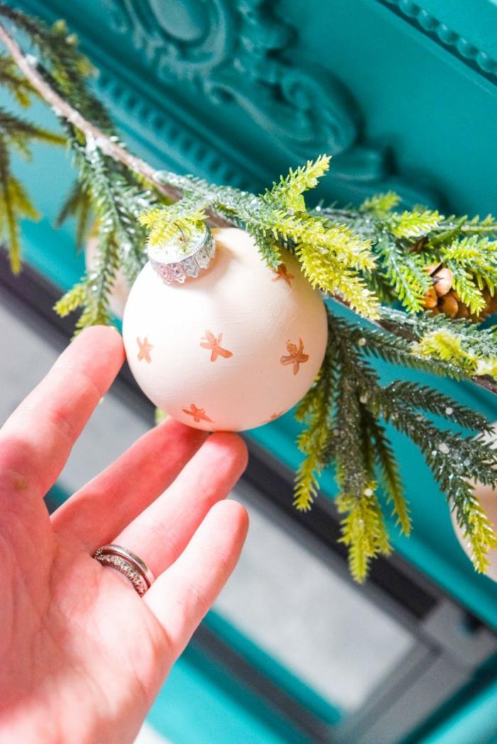 decoracion navideña manualidades y adornos navideños decorados a mano, pasos para hacer una guirnalda de navidad DIY