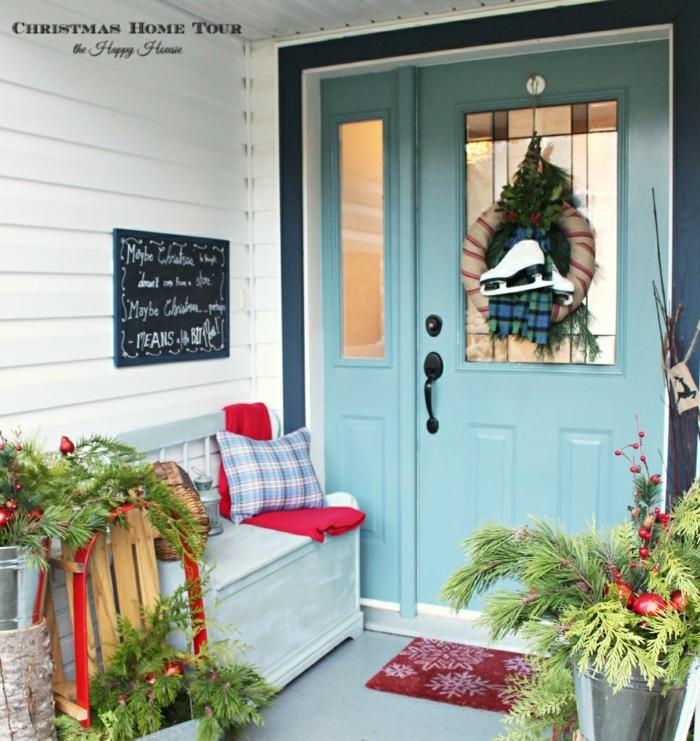 ideas acogedoras para decorar el porche, espacio decorado en blanco y azul, ejemplos sobre como decorar la casa en navidad